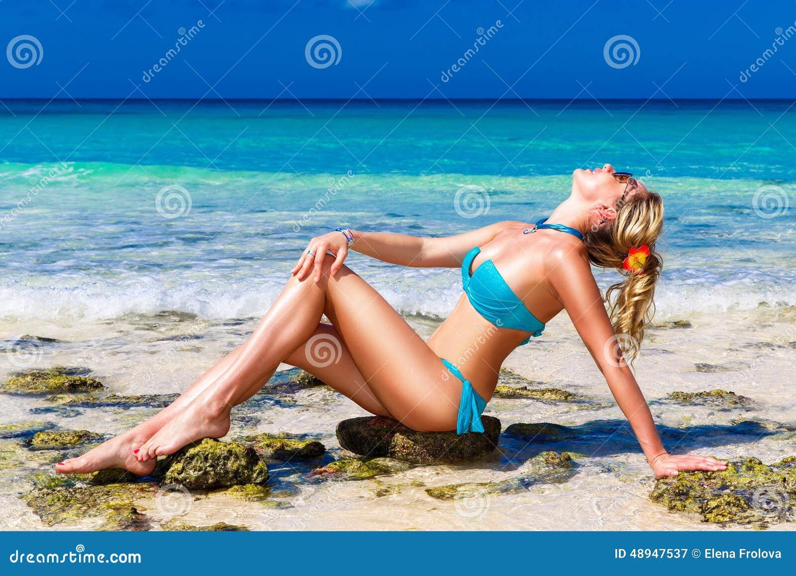 海滩丰满荡妇完整版_比基尼泳装的美丽的少妇在一个热带海滩.