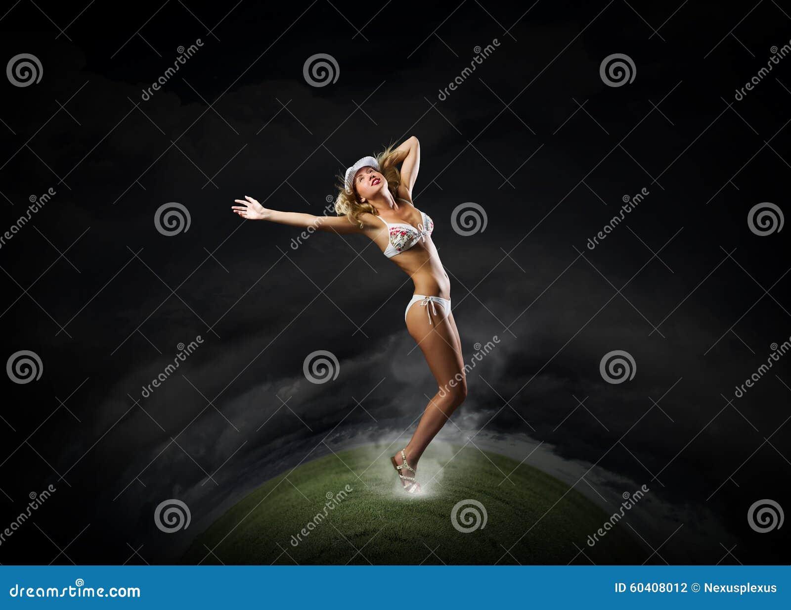比基尼泳装的跳舞的金发碧眼的女人