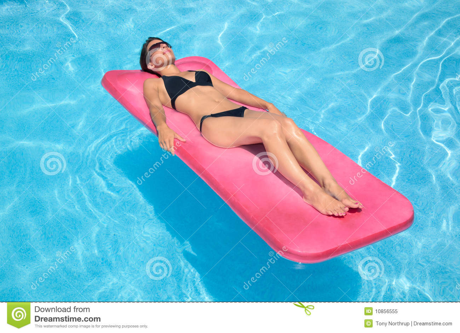 比基尼泳装黑人妇女