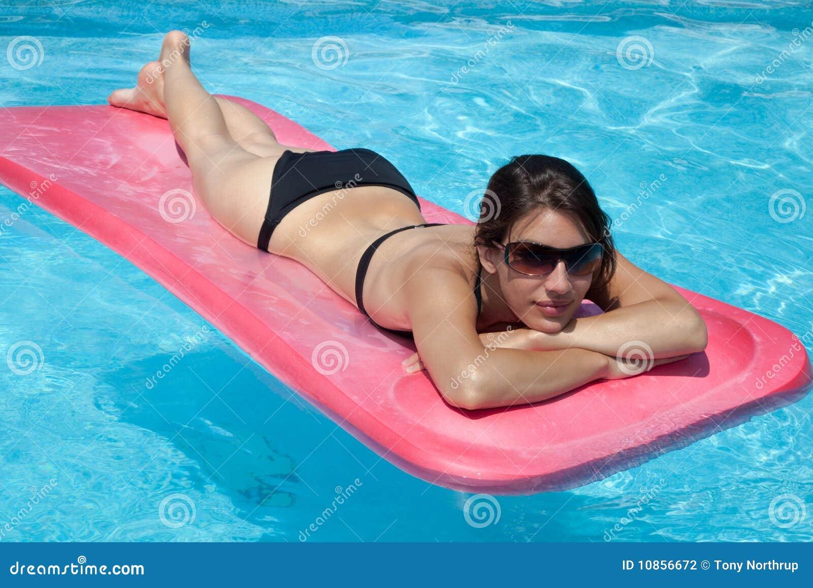 比基尼泳装黑人胃妇女