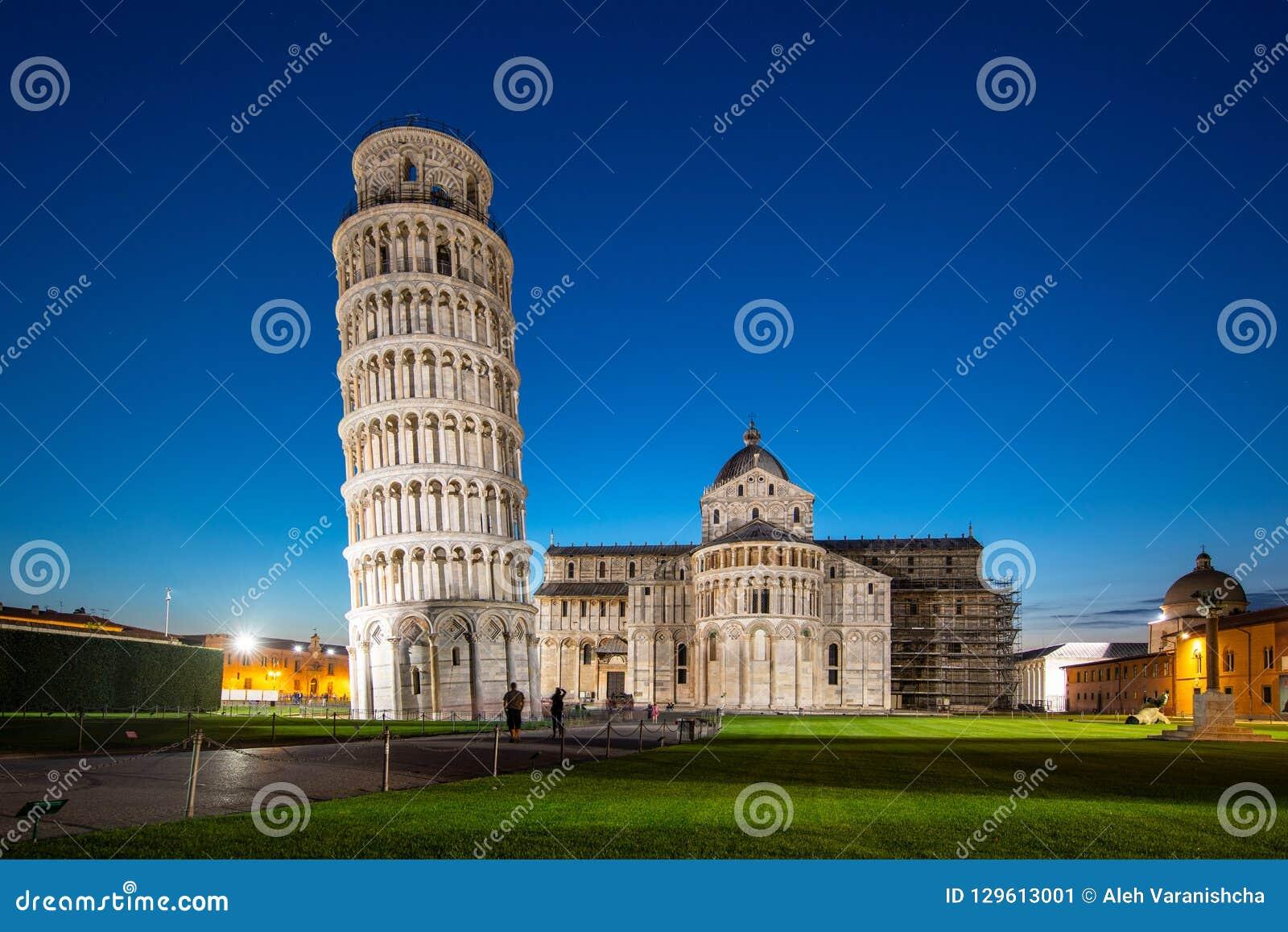 比萨大教堂夜视图有比萨斜塔的奇迹广场的在比萨,托斯卡纳,意大利 倾斜的比萨塔