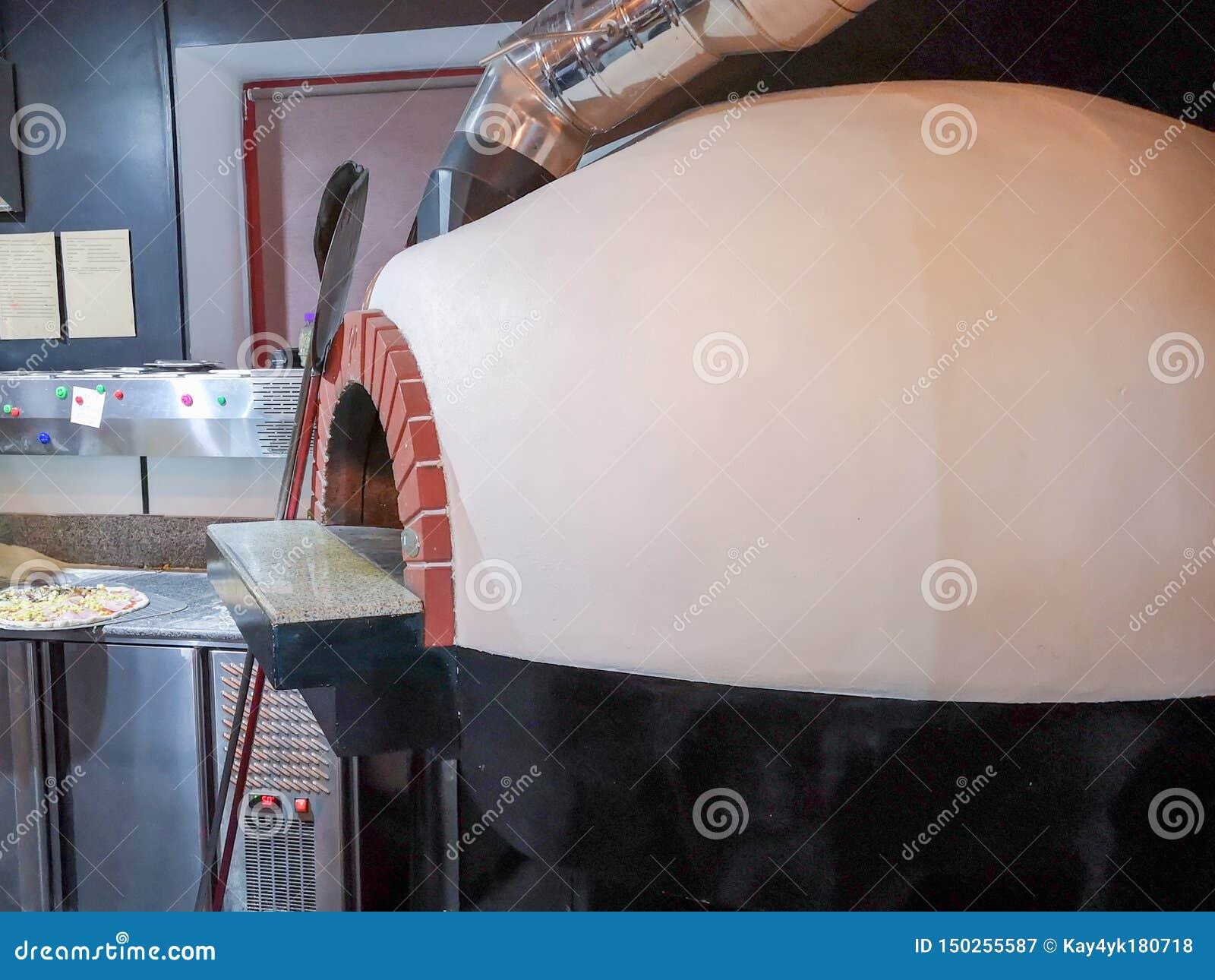 比萨烤箱 烹调和烘烤的比萨的一个传统烤箱