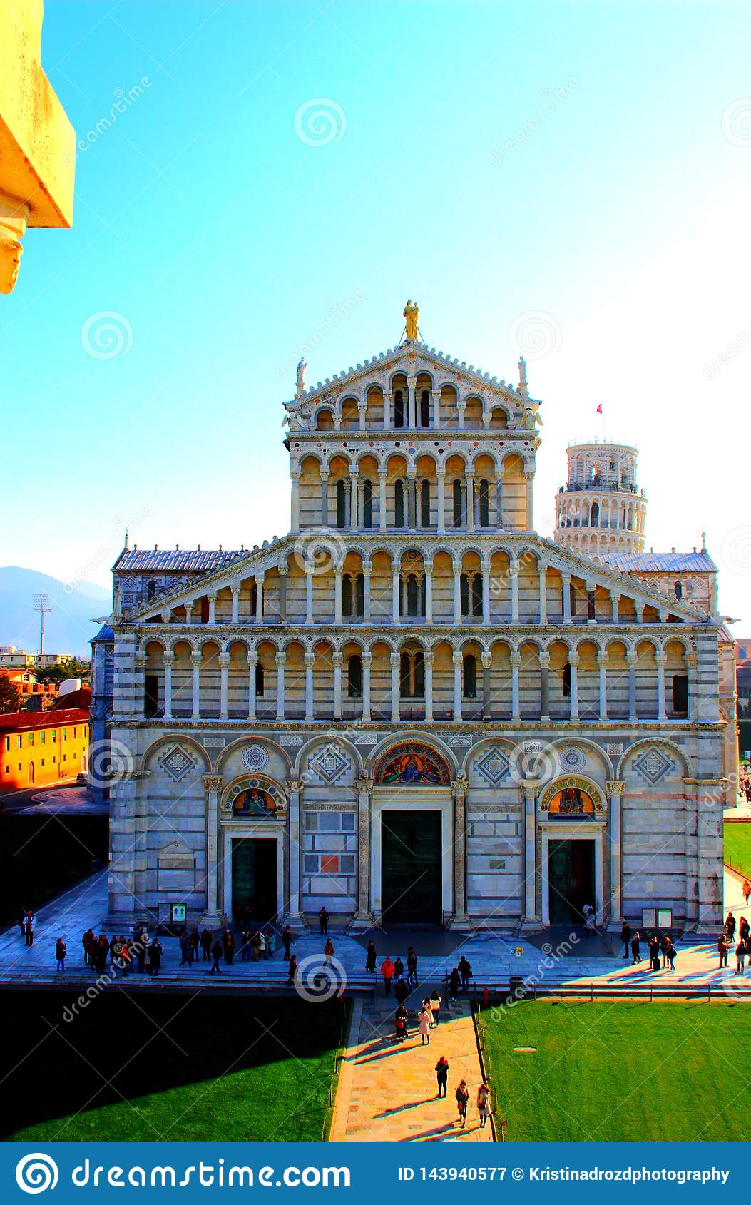 比萨,意大利-大约2018年2月:比萨与斜塔的大教堂门面在奇迹正方形的背景中