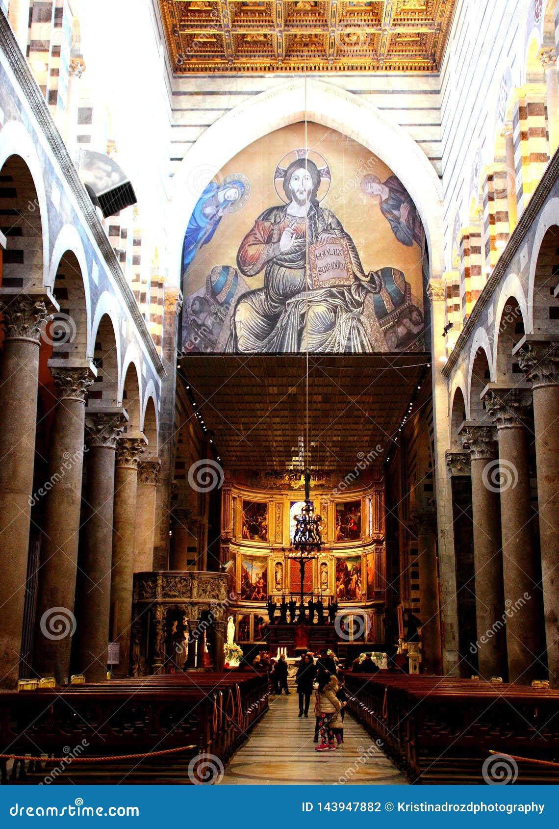 比萨,意大利-大约2018年2月:比萨大教堂内部奇迹正方形的