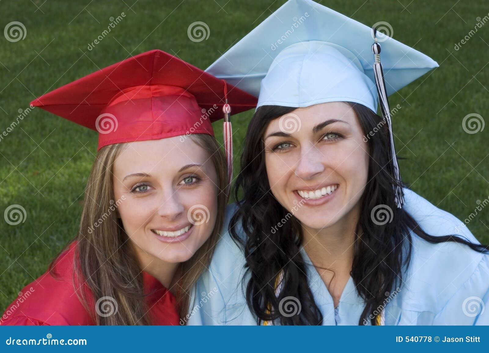 Download 毕业生 库存照片. 图片 包括有 妇女, 朋友, 毕业, 微笑, 学院, 褂子, 兴奋, 教育, 毕业生, 友谊 - 540778