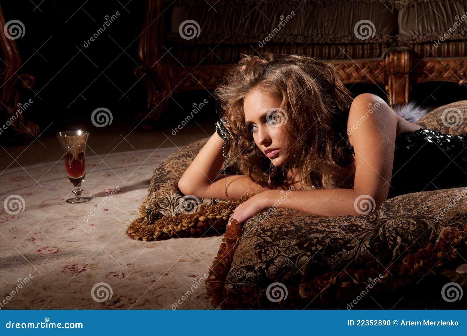 毛皮位于的席子妇女