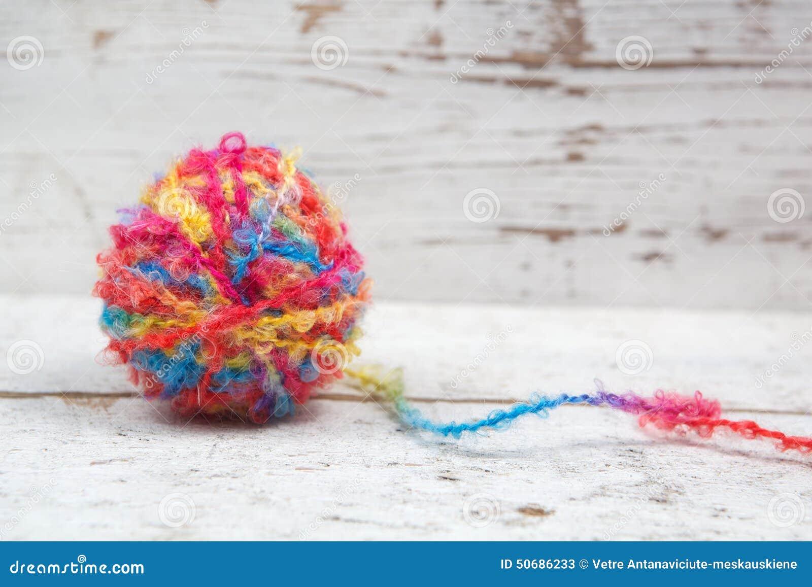 Download 毛线鸡蛋在木头的 库存图片. 图片 包括有 红色, 复活节, 节假日, 愉快, 颜色, 设计, 符号, 背包 - 50686233