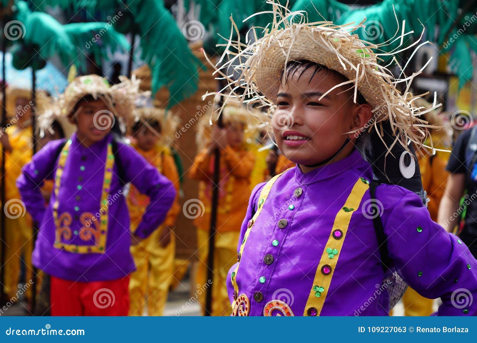 民族服装的Boycarnival舞蹈家在沿路的欢欣跳舞