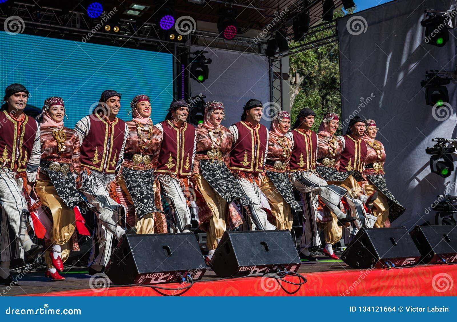 民间舞小组表现从土耳其的
