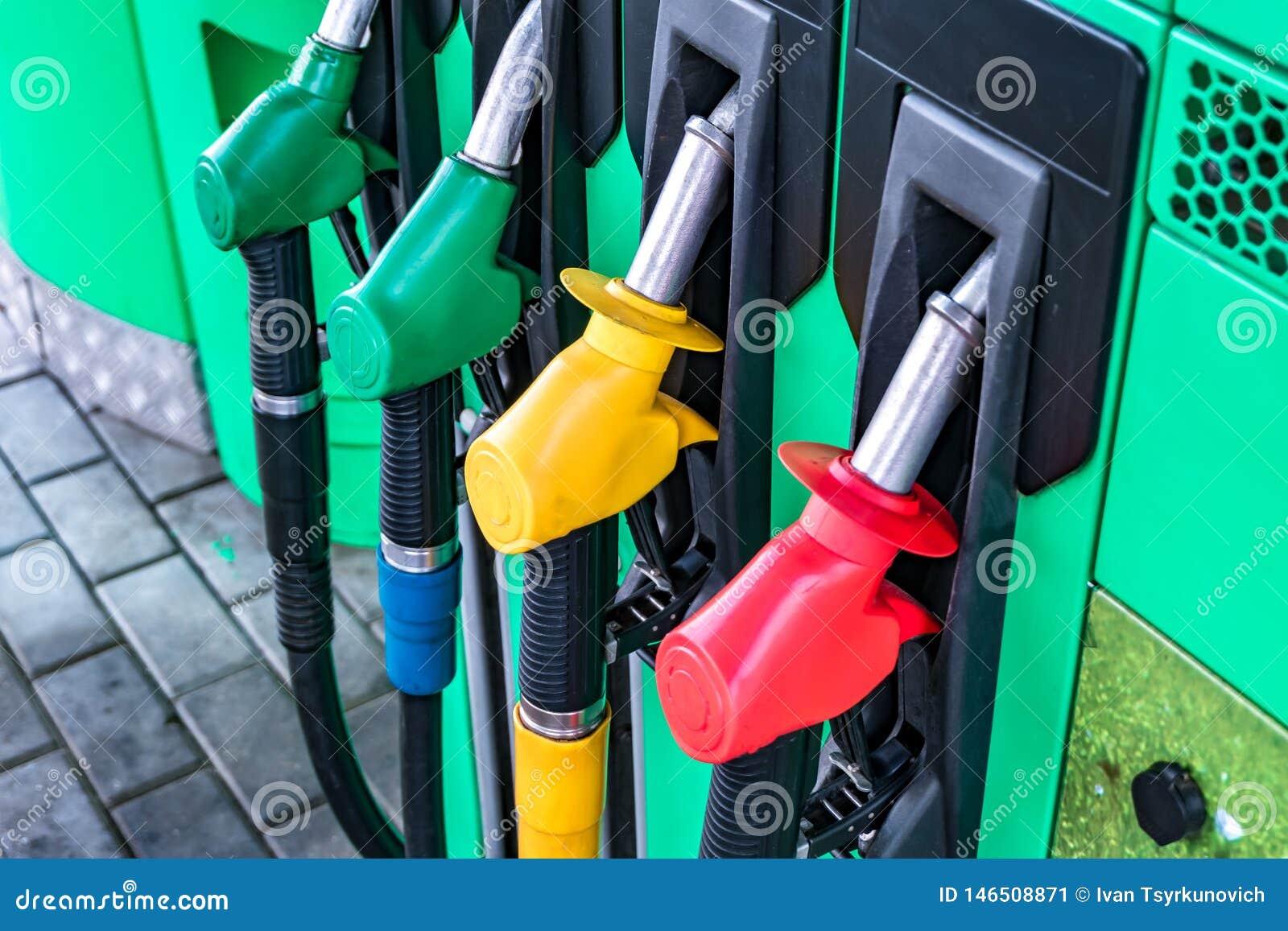 气体和加油站 加油的枪在加油站 加油泵不同颜色的细节在加油站的 ??