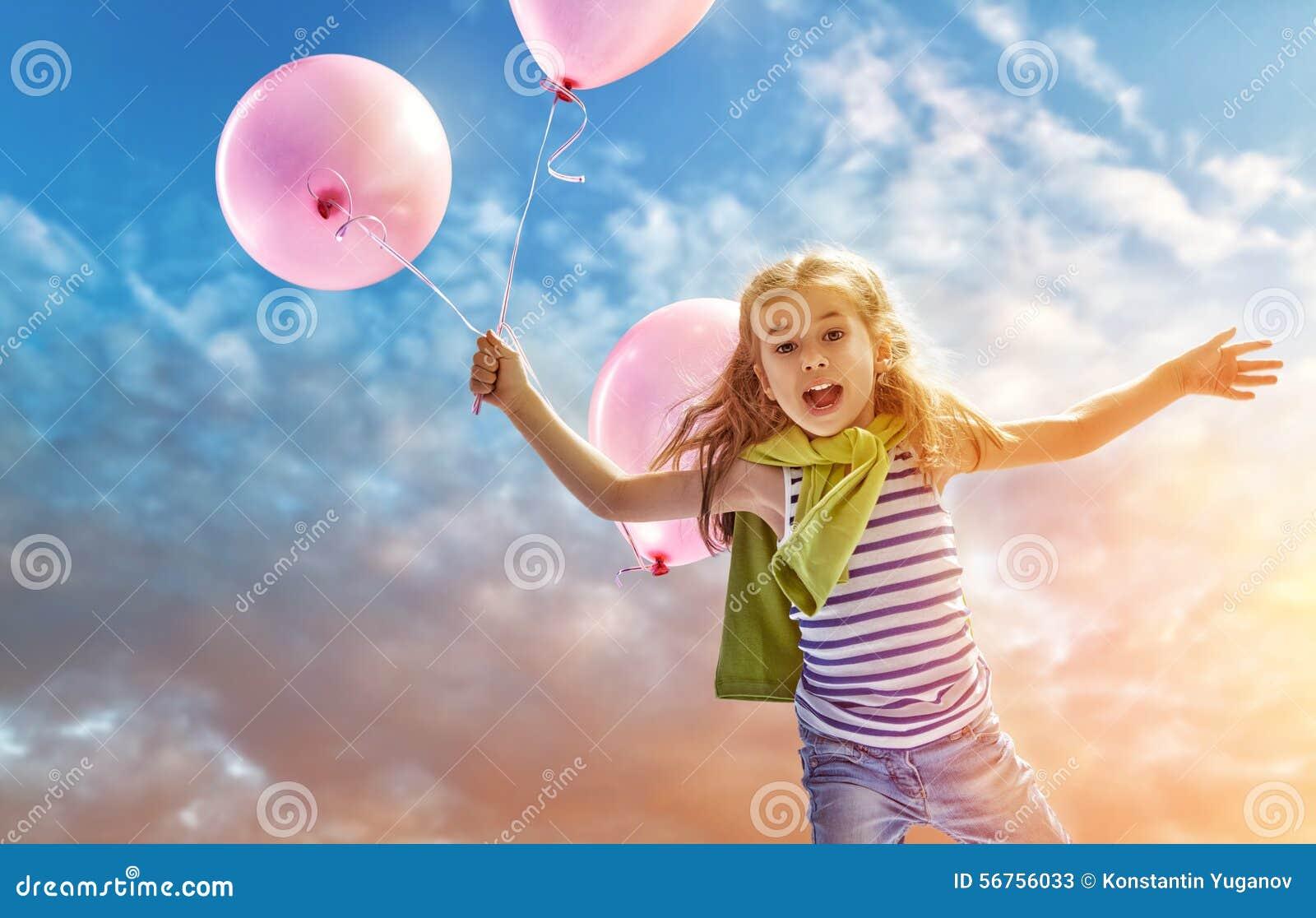 拿着桃红色气球的小女孩.图片