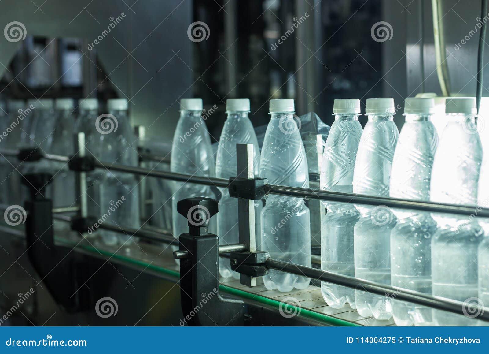 水工厂-处理和装瓶的纯净的泉水水瓶线入小瓶