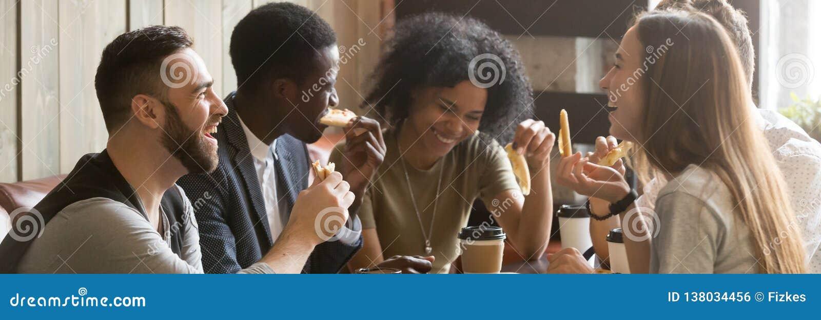 水平的喝咖啡的图象多种族朋友吃比萨在咖啡馆