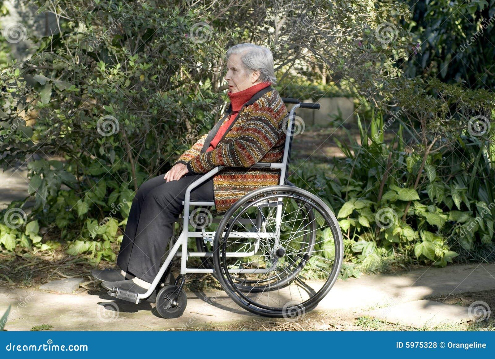 水平的外部坐的轮椅妇女