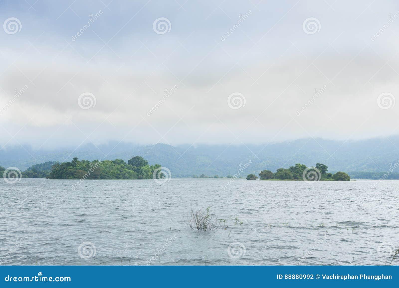 水库附有山和森林