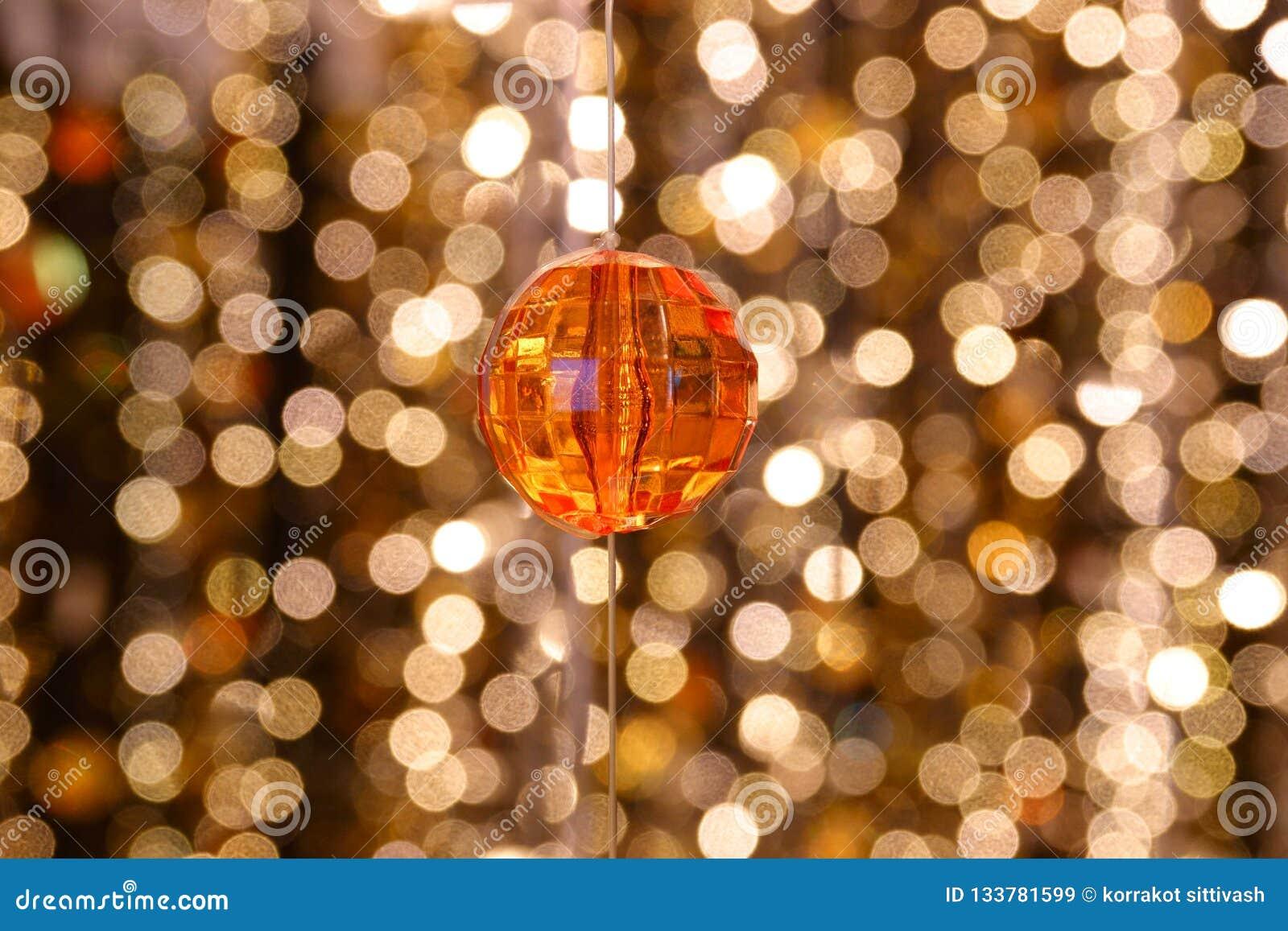 水晶枝形吊灯线的抽象图象金刚石装饰在金光bokeh的