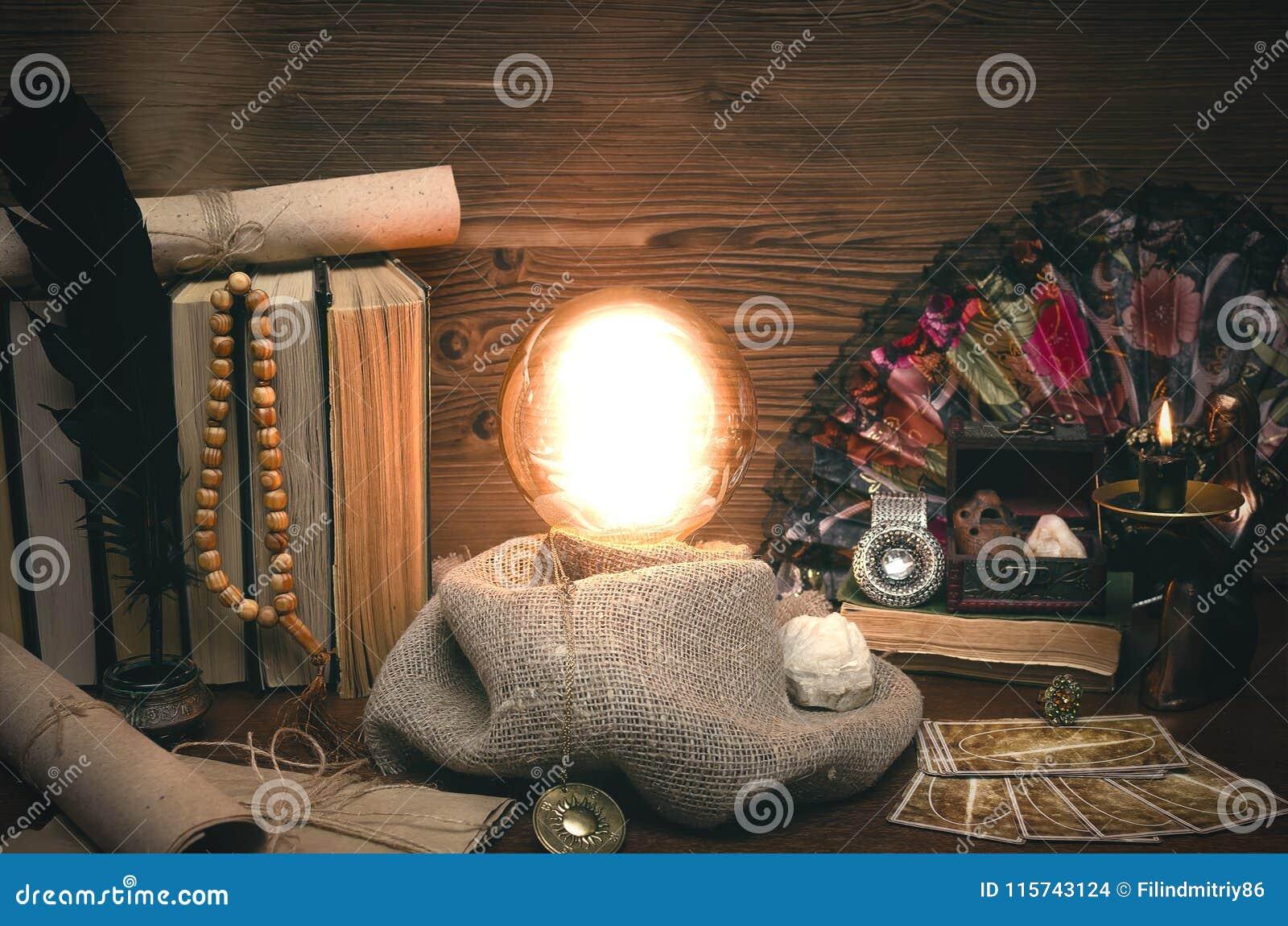 水晶球和占卜用的纸牌 未来读书 命运占卜