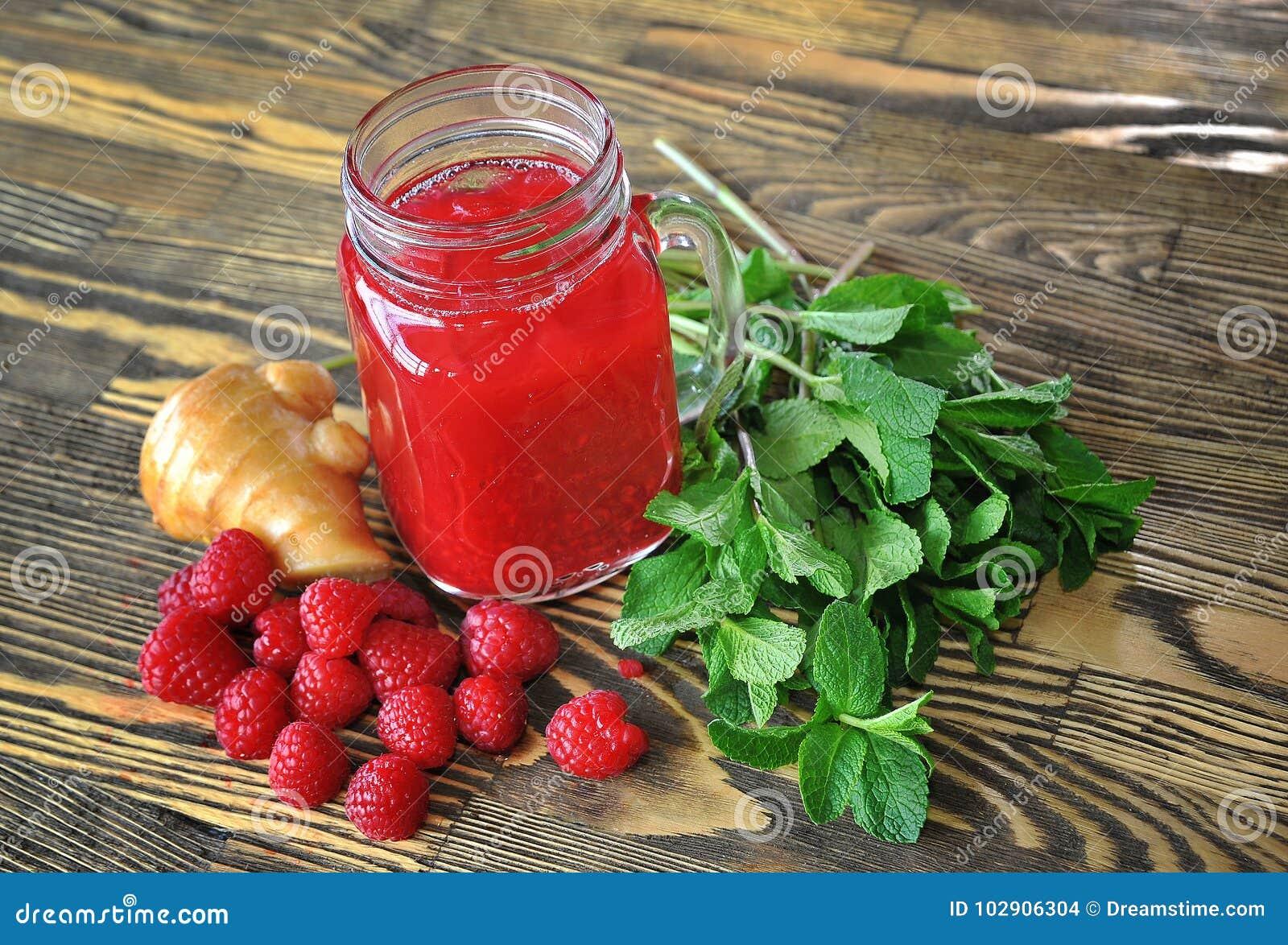 水果的圆滑的人用薄菏和莓在一张木桌上