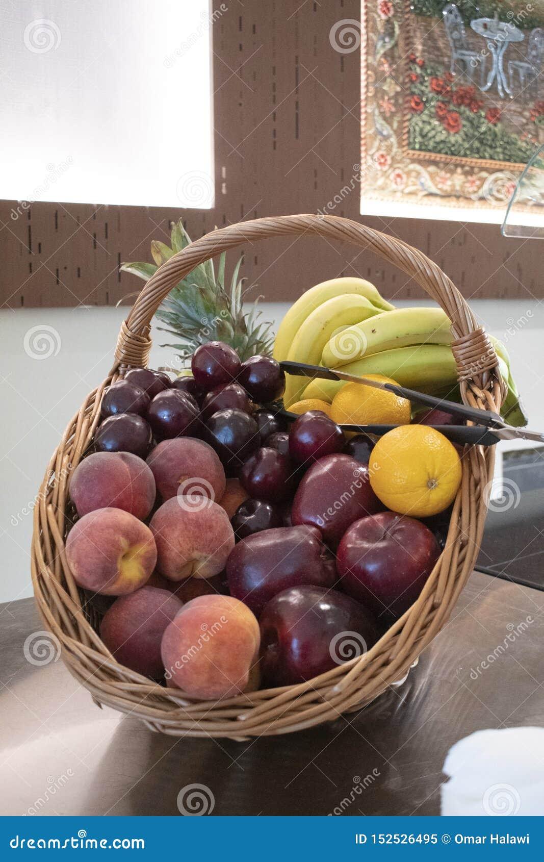 水果篮花束被弄脏的背景的侧视图形式