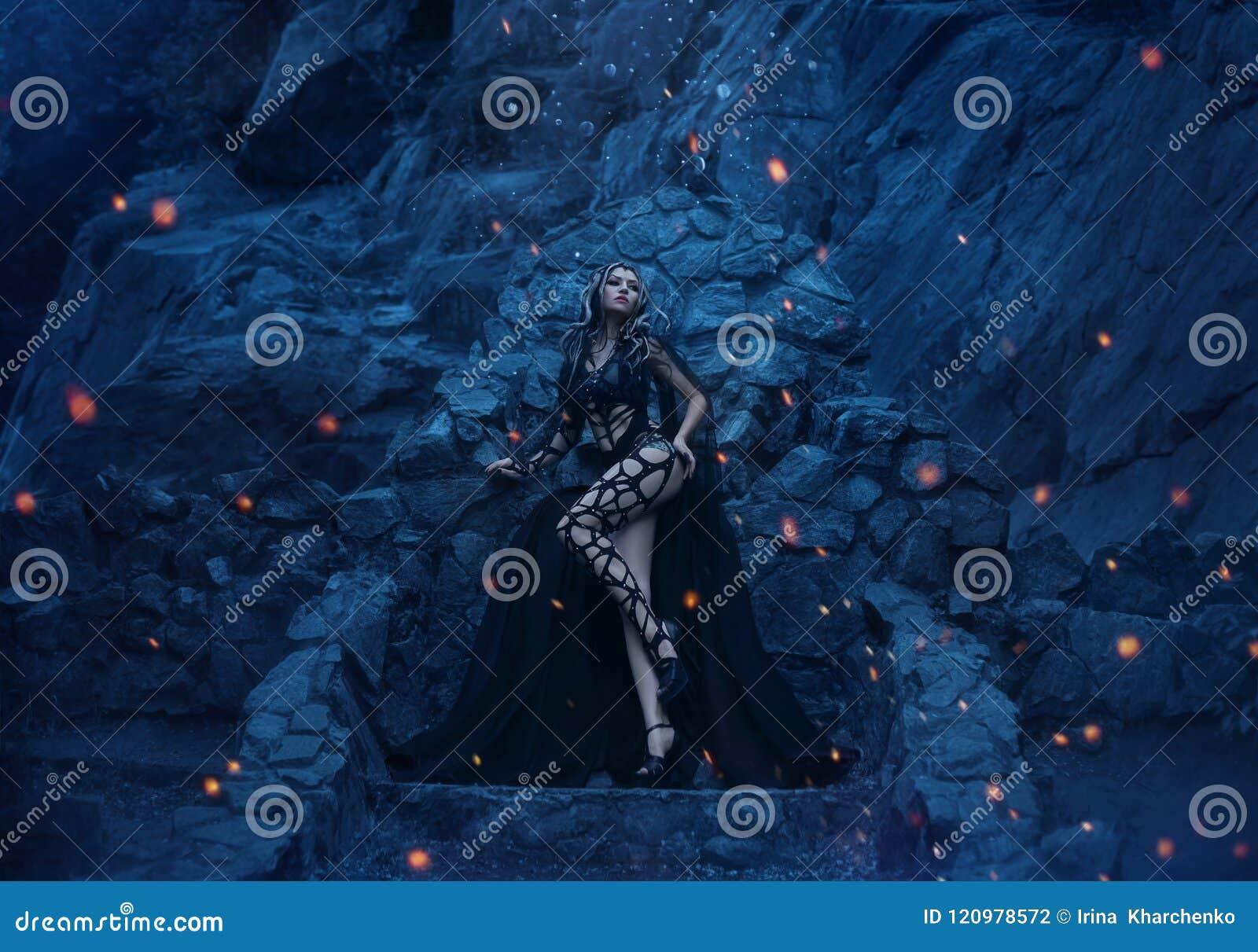 水母在他的石王位背景的Gorgona可怕和性感的立场和在一个偏僻的海岛上的庄严岩石