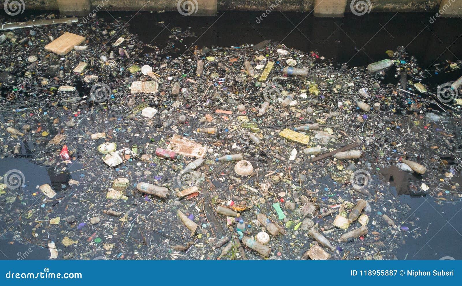 水污染影响在运河的肮脏的垃圾