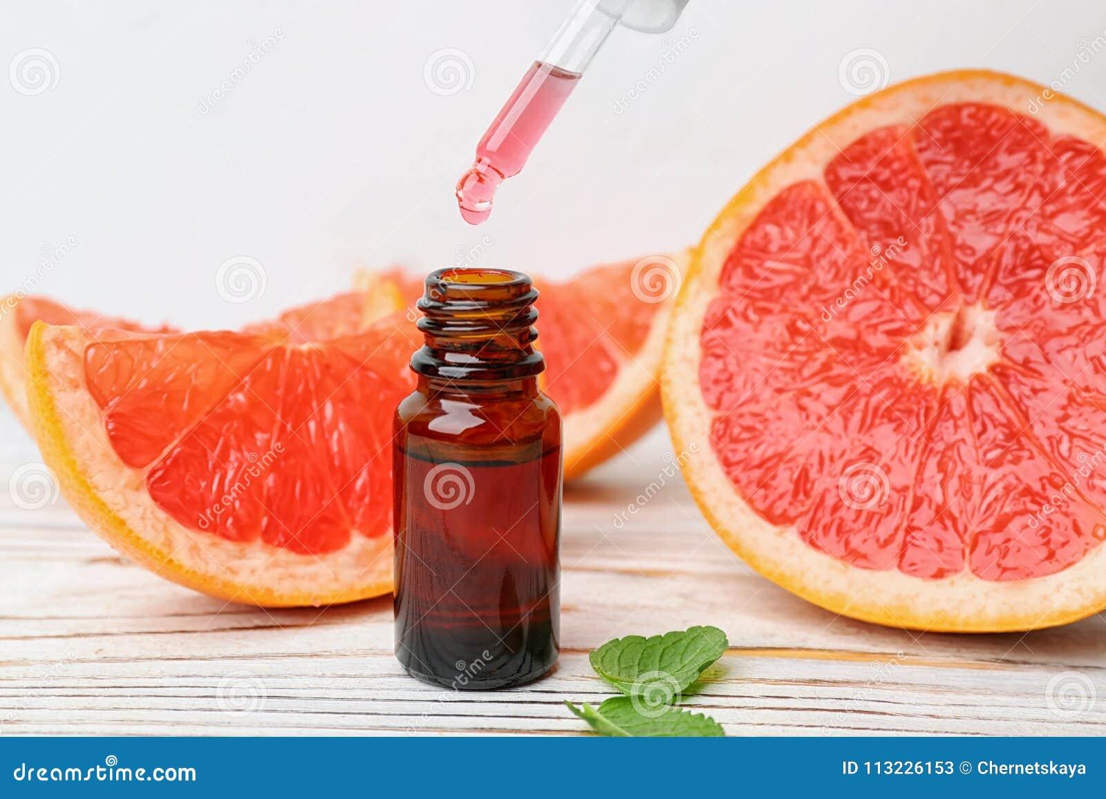 水滴柑橘精油到瓶里