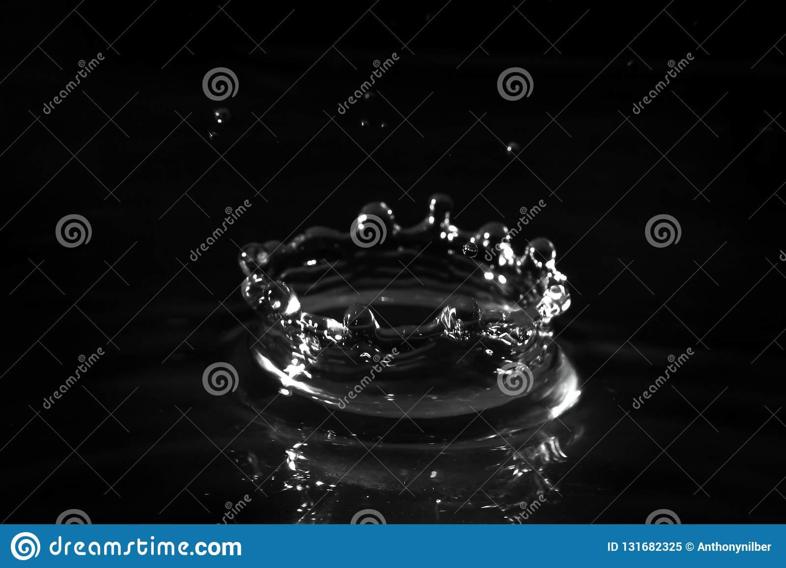 水滴起波纹水波的池塘波纹