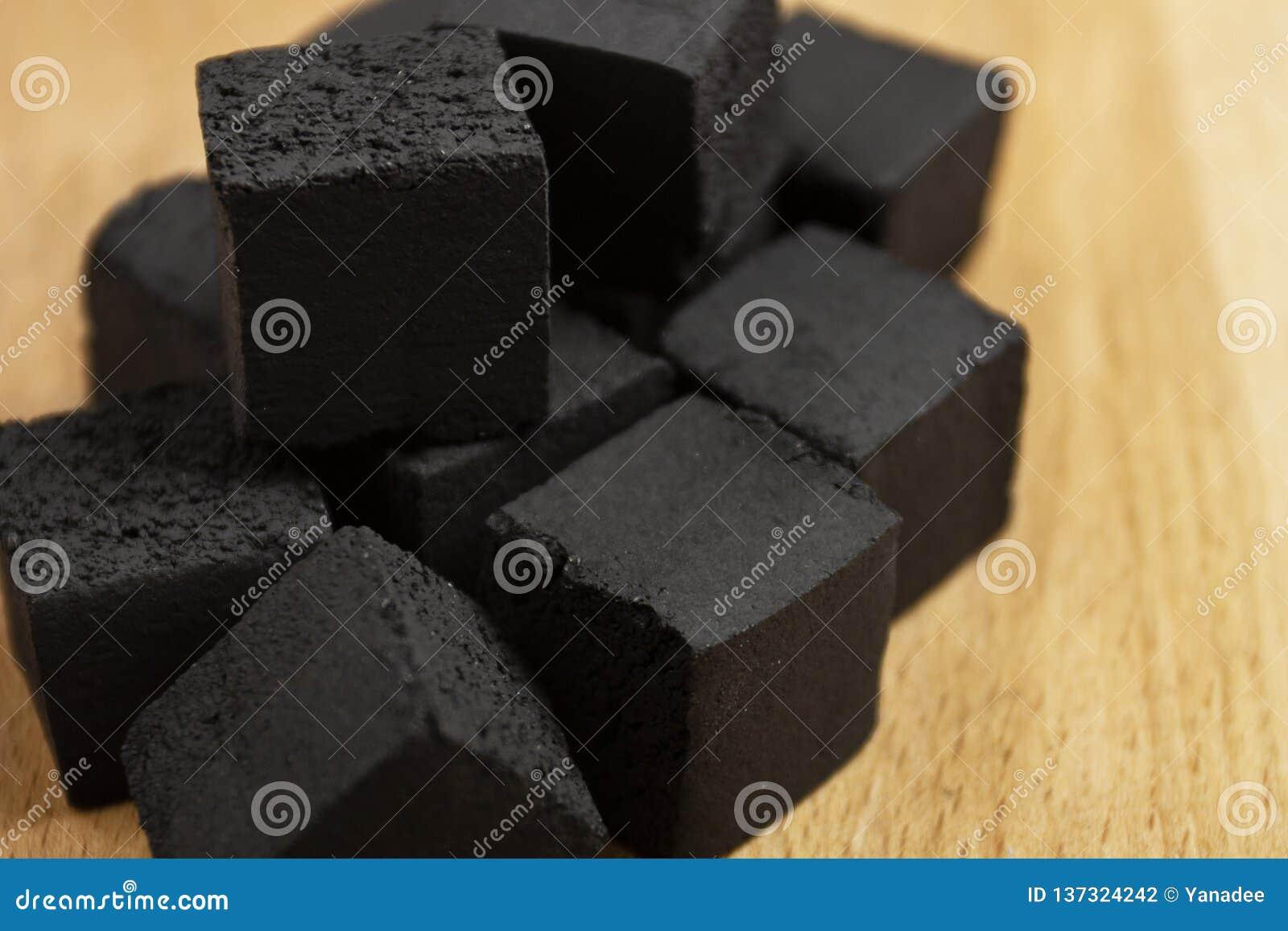 水烟筒的椰子煤炭