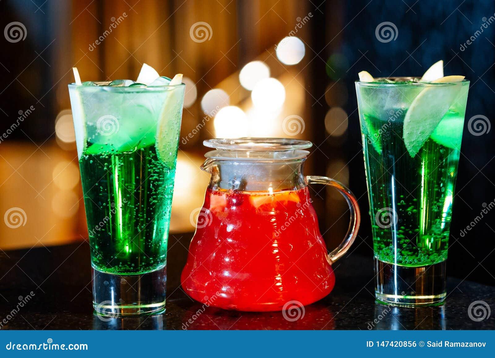 水罐用果子柠檬水和玻璃与鸡尾酒