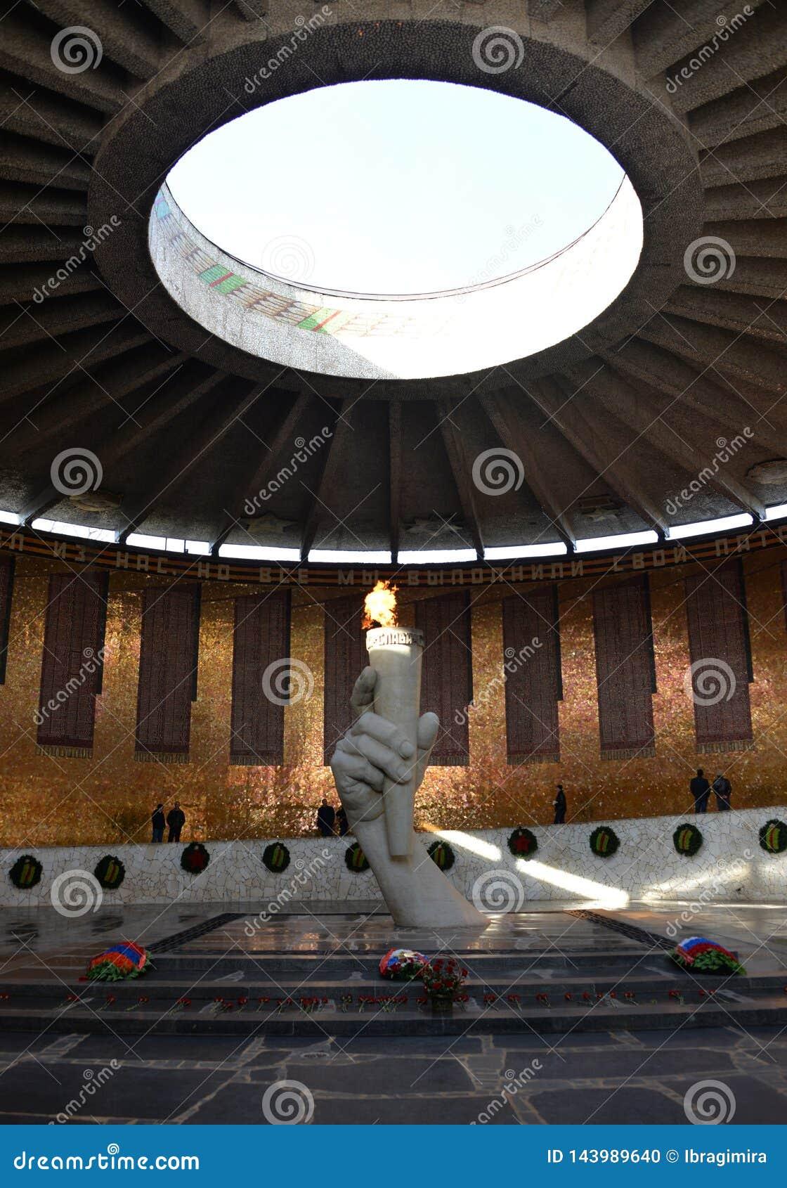 永恒火焰纪念品与热空气上升的阴霾的在伏尔加格勒