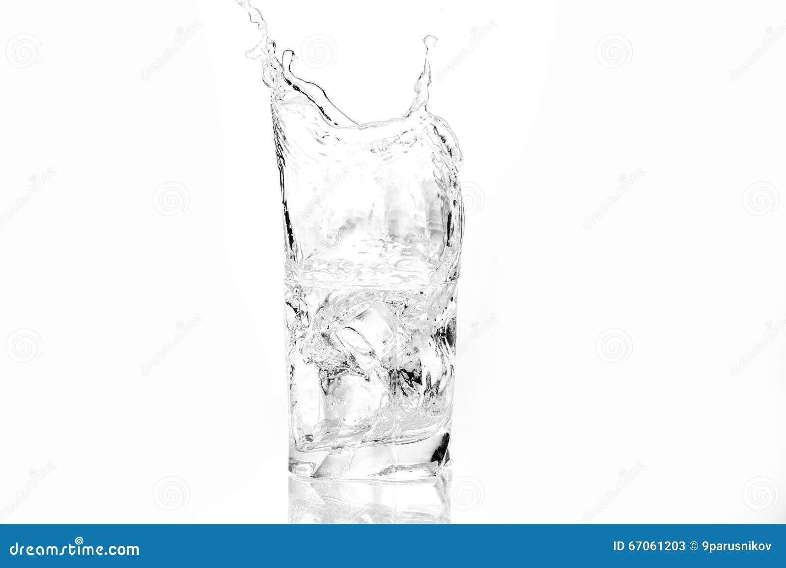 求飞溅水的玻璃冰的立方