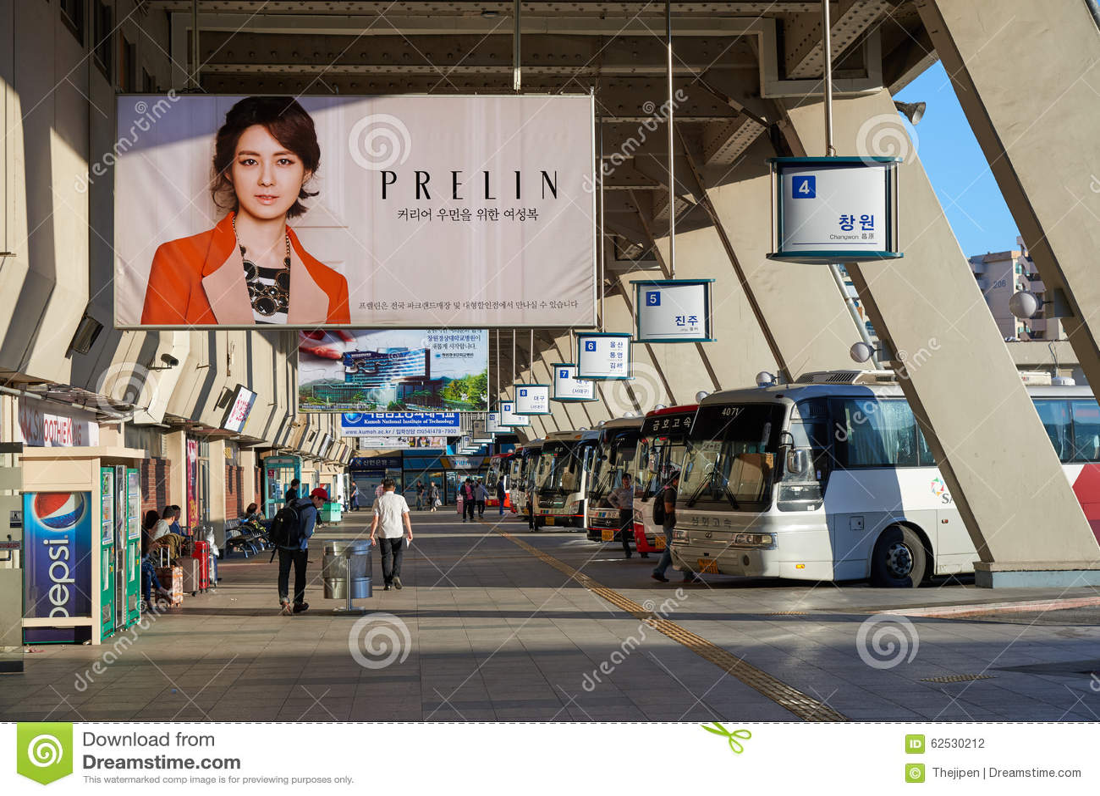 汉城,韩国- 2015年9月18日:汉城快车终端