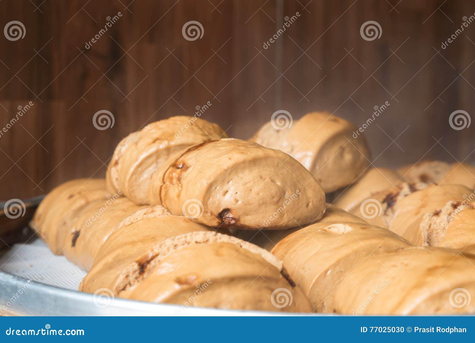 汉语蒸了小圆面包或馒头山竹篮子的在市场上