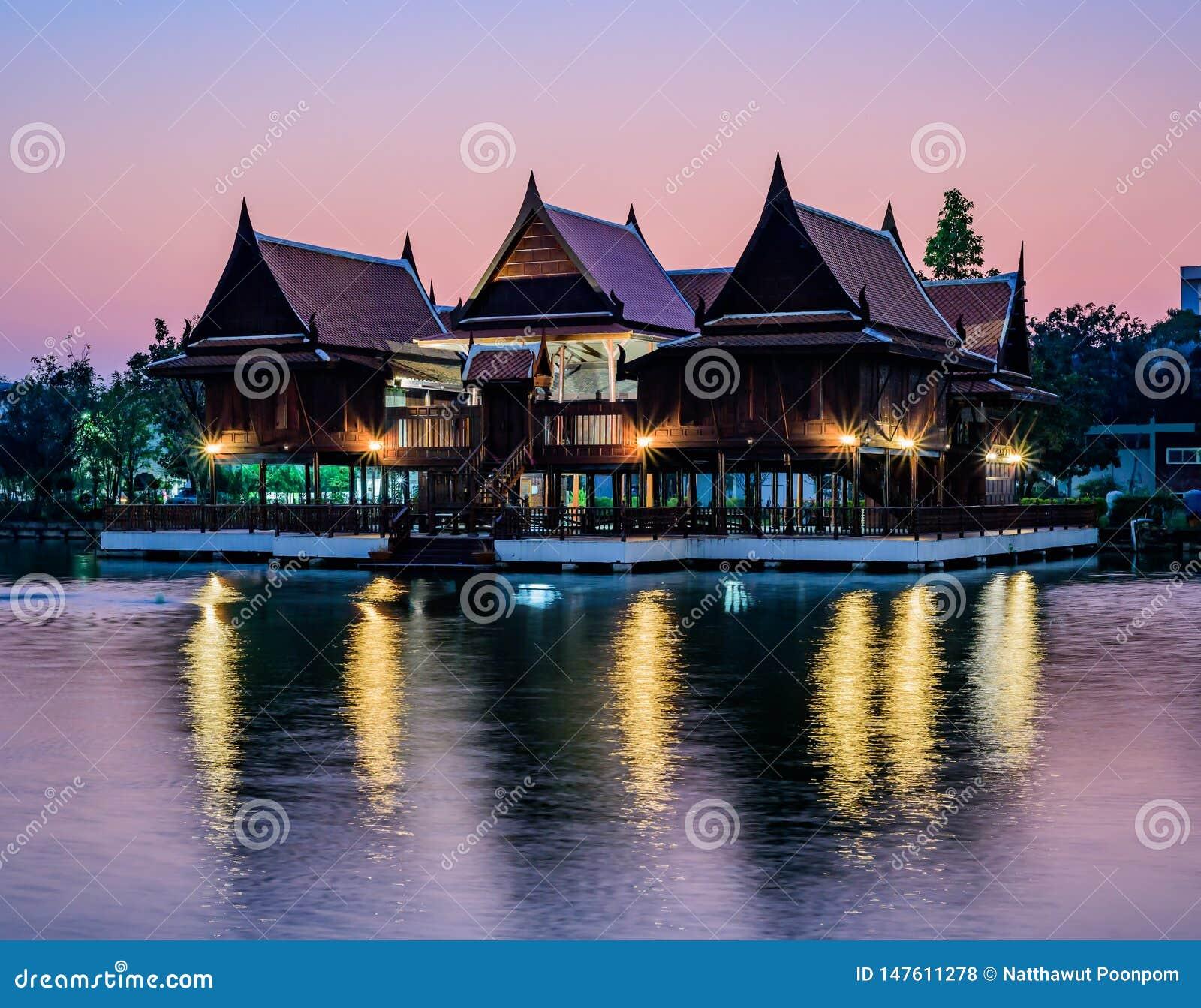 江边的泰国房子