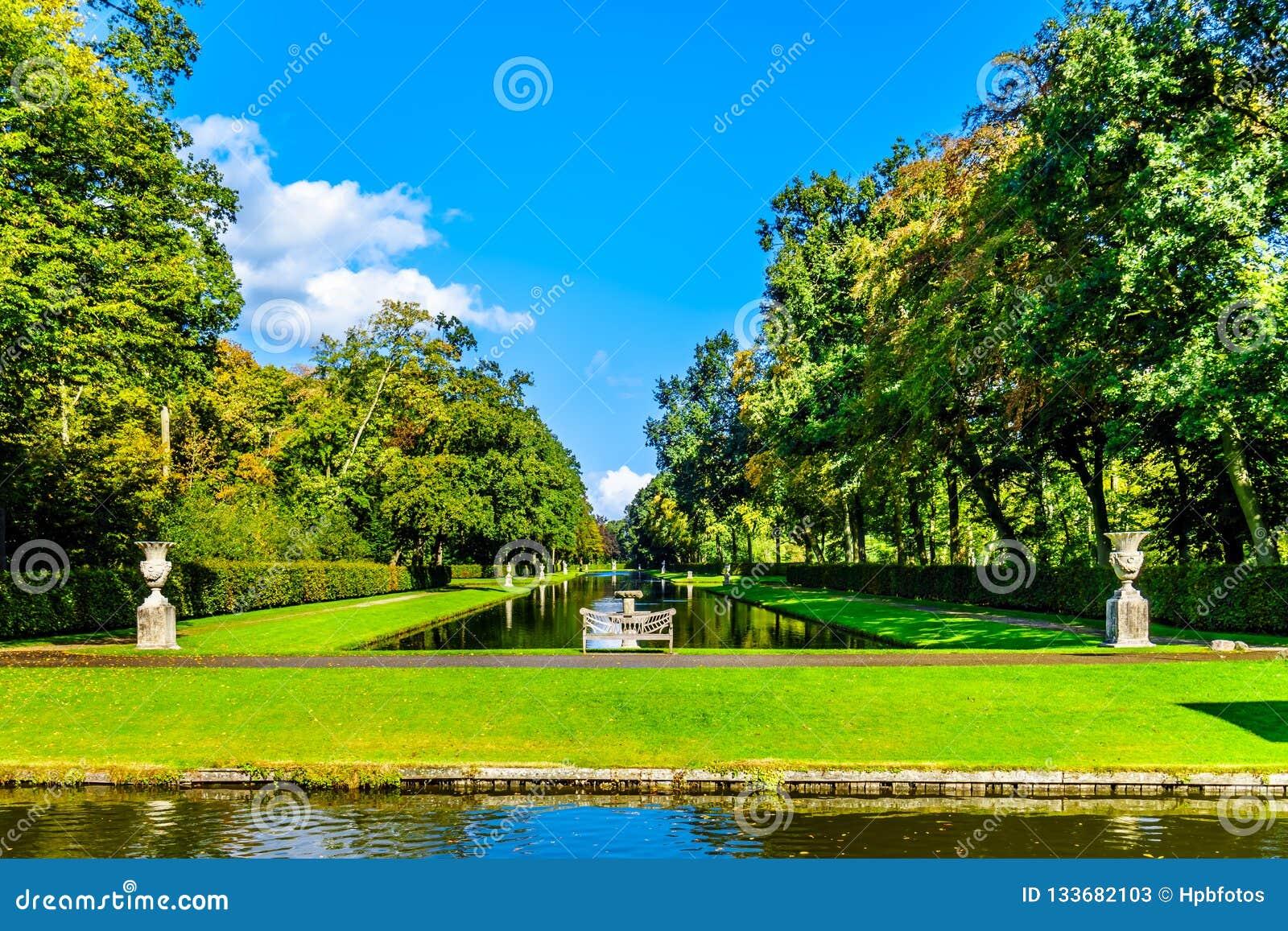 池塘和湖在围拢城堡德哈尔的公园