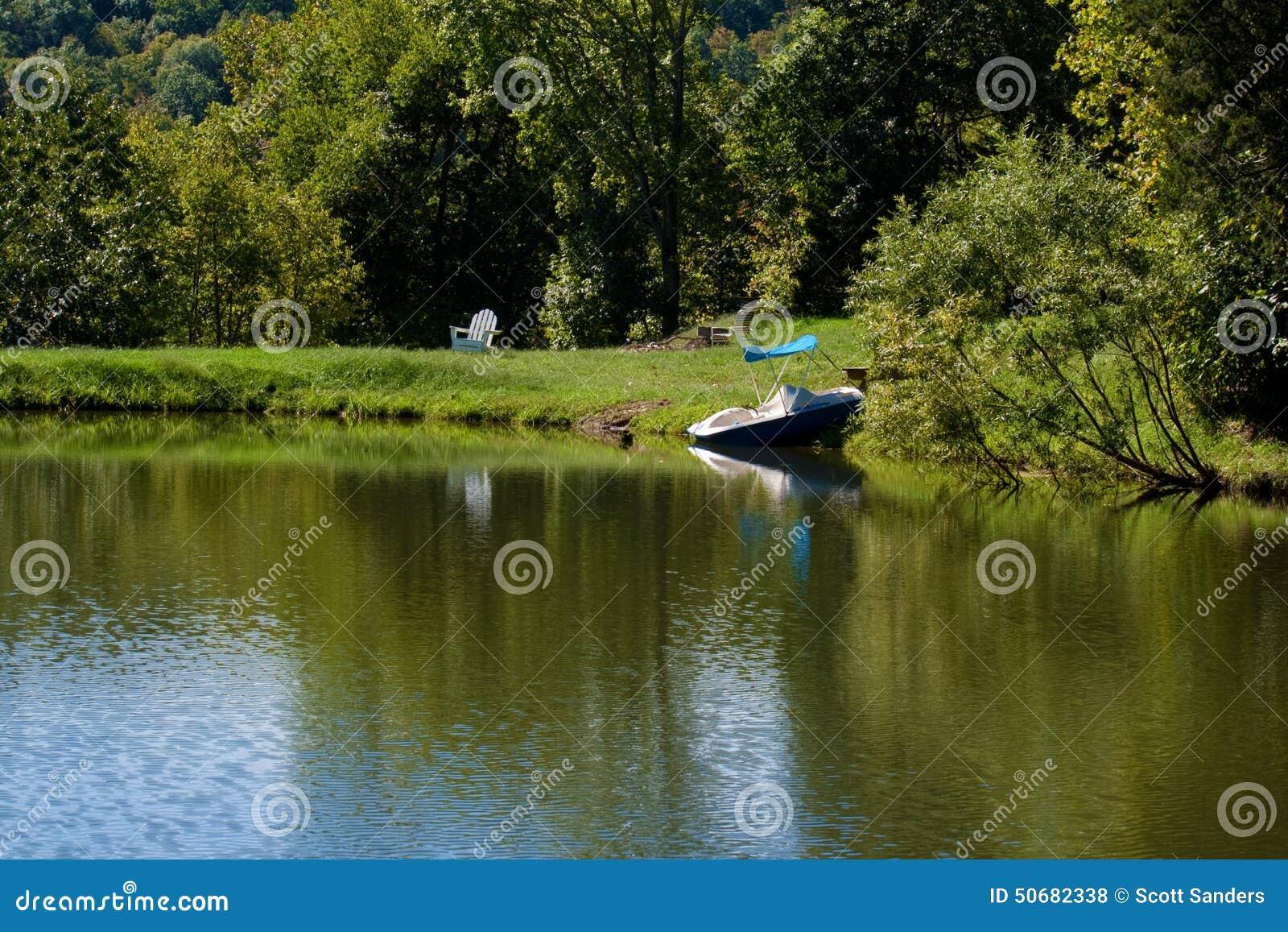 Download 池塘 库存照片. 图片 包括有 夏天, 颜色, 草坪, 结构树, 视图, 椅子, 五颜六色, 木头, 池塘 - 50682338