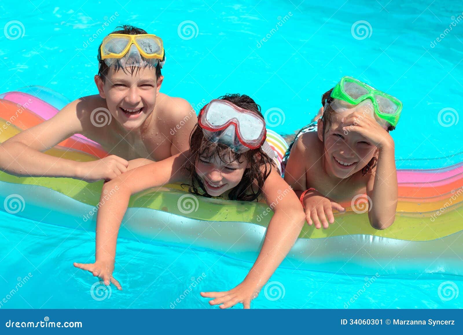 水池的愉快的孩子