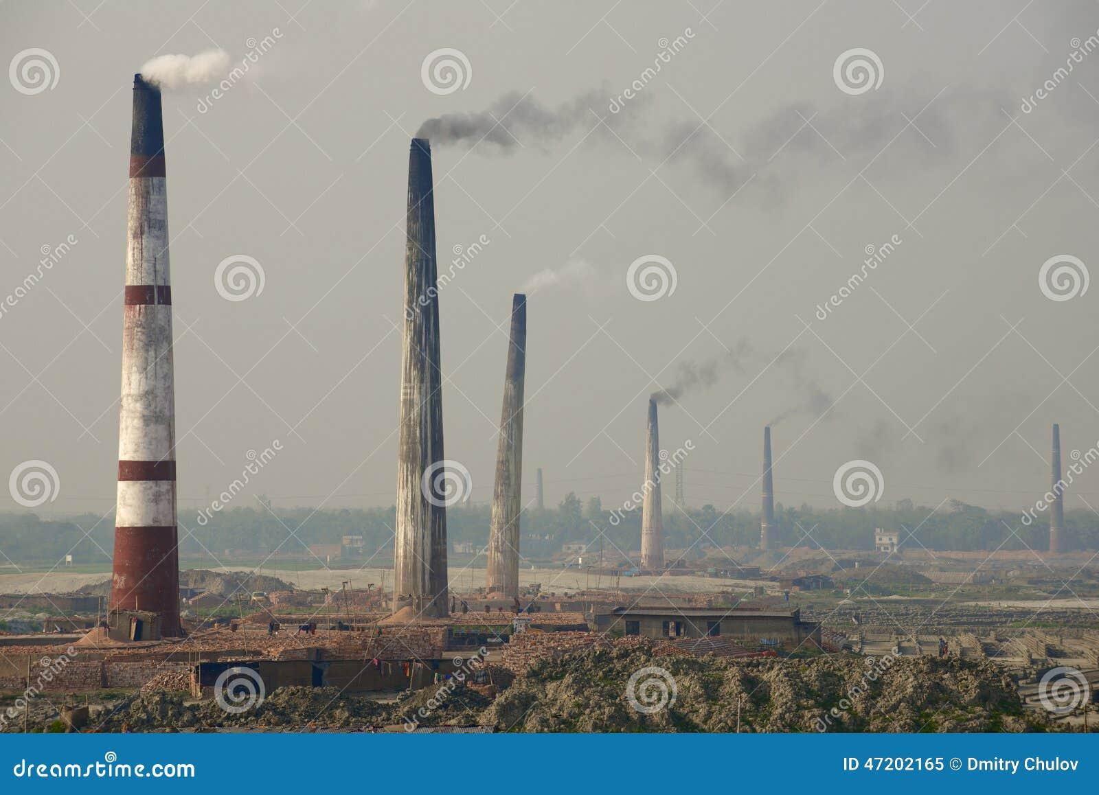 污染空气砖工厂在达卡,孟加拉国用管道输送