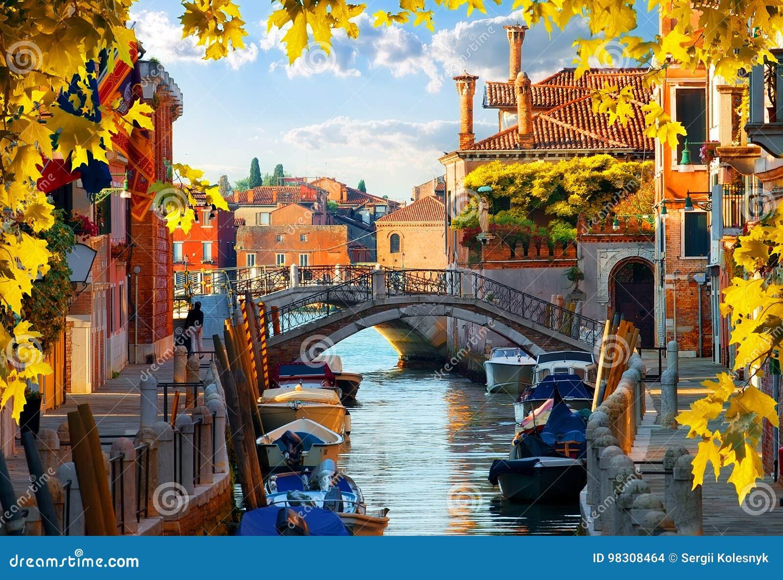 汽艇在威尼斯秋天
