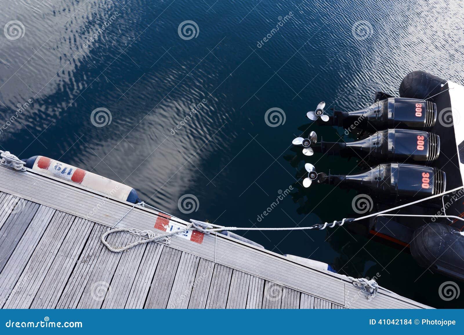 汽艇在船坞