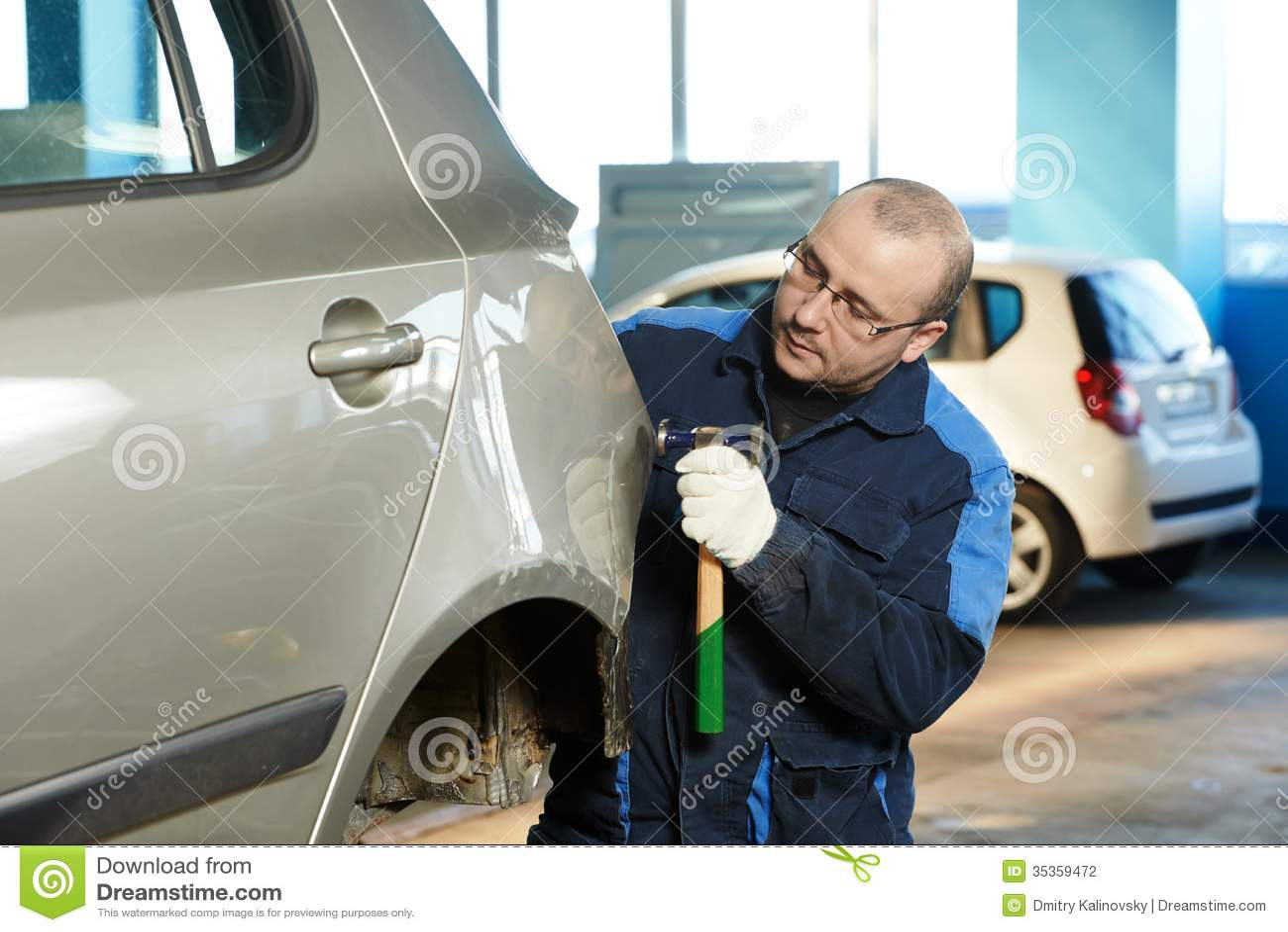 汽车修理人铺平金属身体汽车