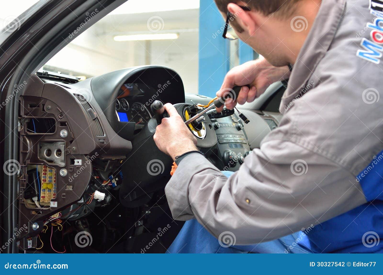 汽车修理师拆卸指点汽车专栏