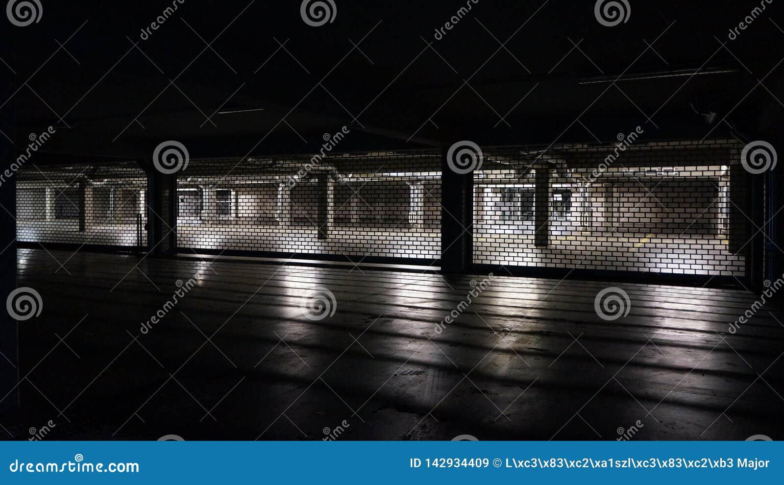 汽车停车处在晚上