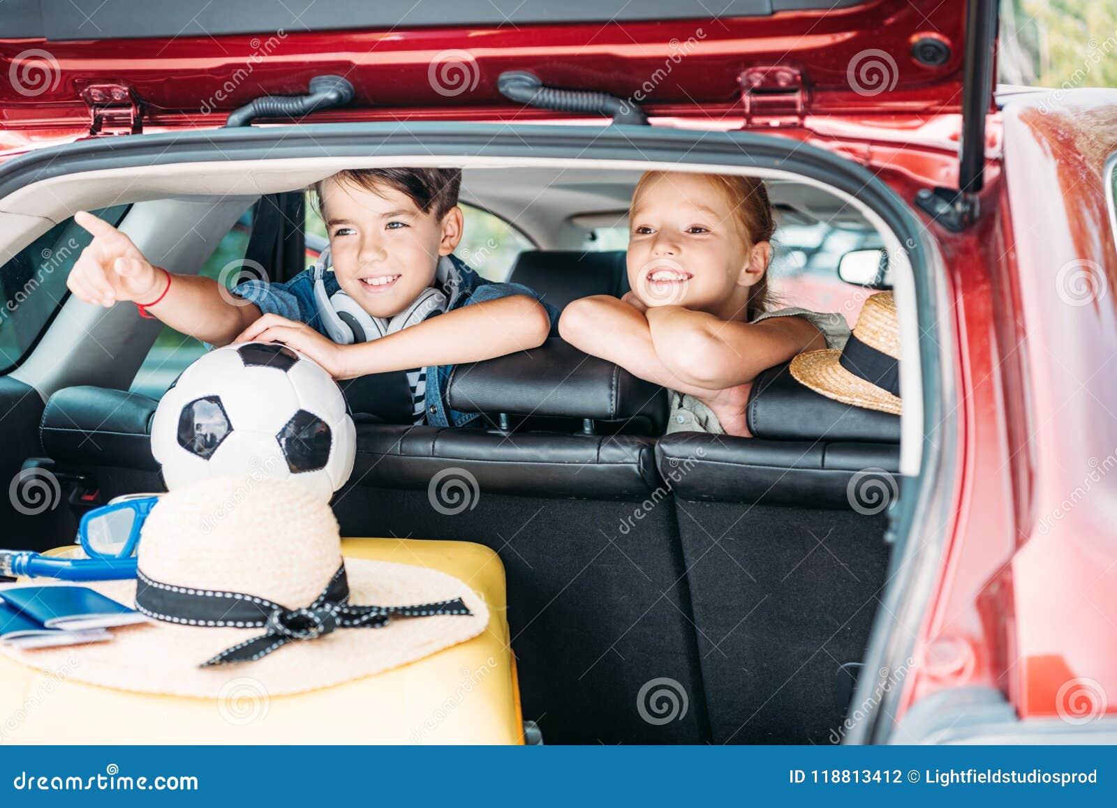 汽车去的可爱的小孩