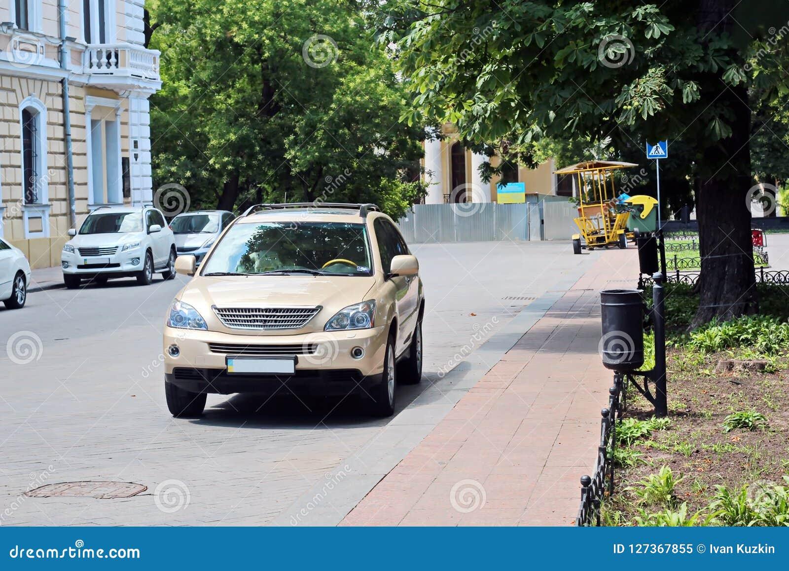 汽车和他们各种各样的零件特写镜头在傲德萨,乌克兰街道上