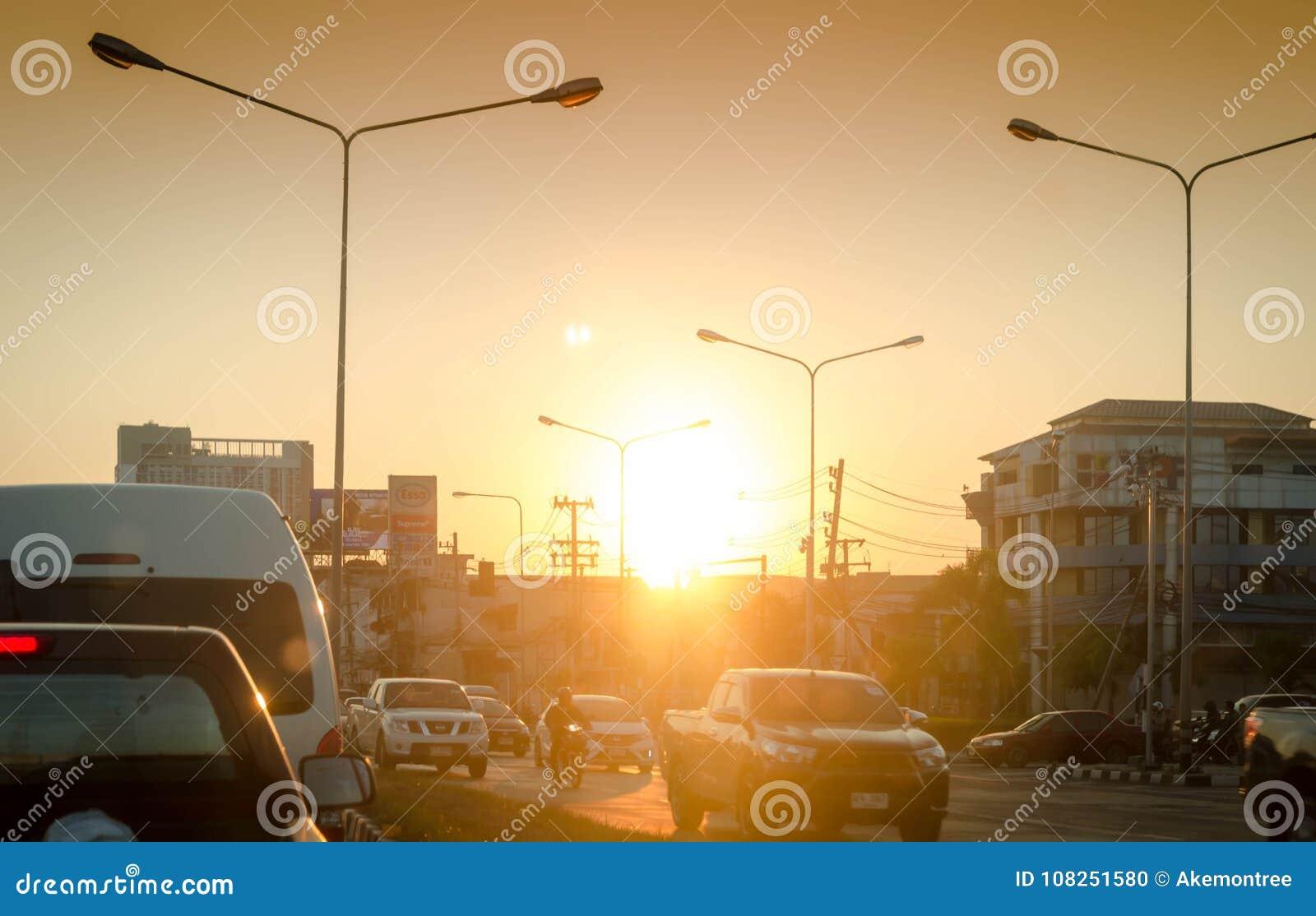 汽车在交通黏附了在城市在暮色晚上, 2018年1月22日的chiangmai泰国