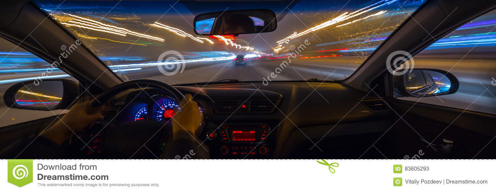 汽车在晚上移动