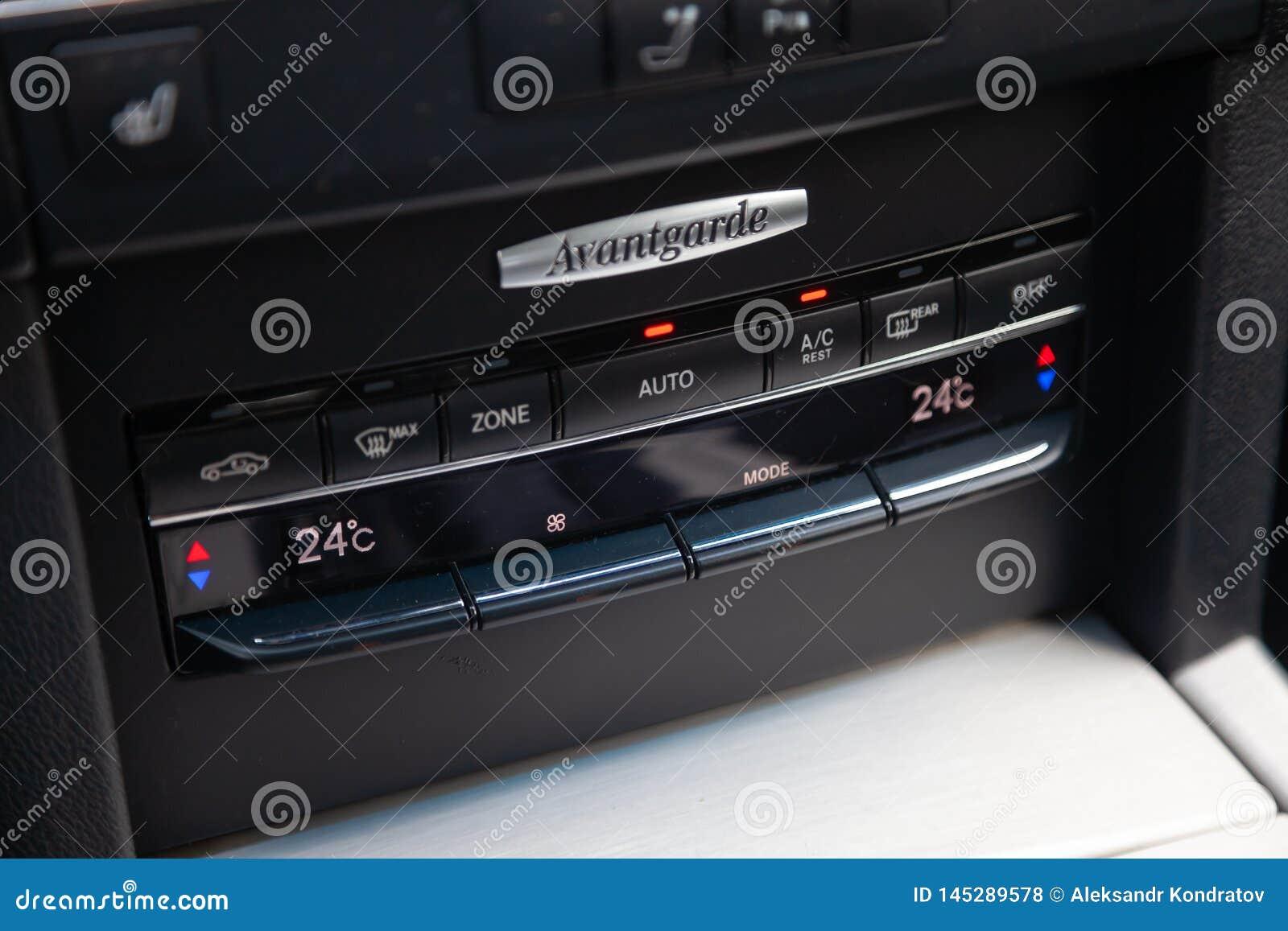 汽车奔驰车E班的E250先驱,与黑修剪的气候控制的内部以仪表板为目的