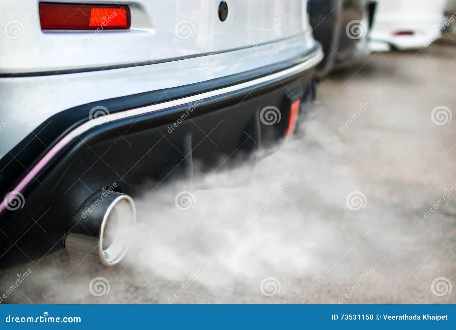 从汽车排气管出来的燃烧发烟