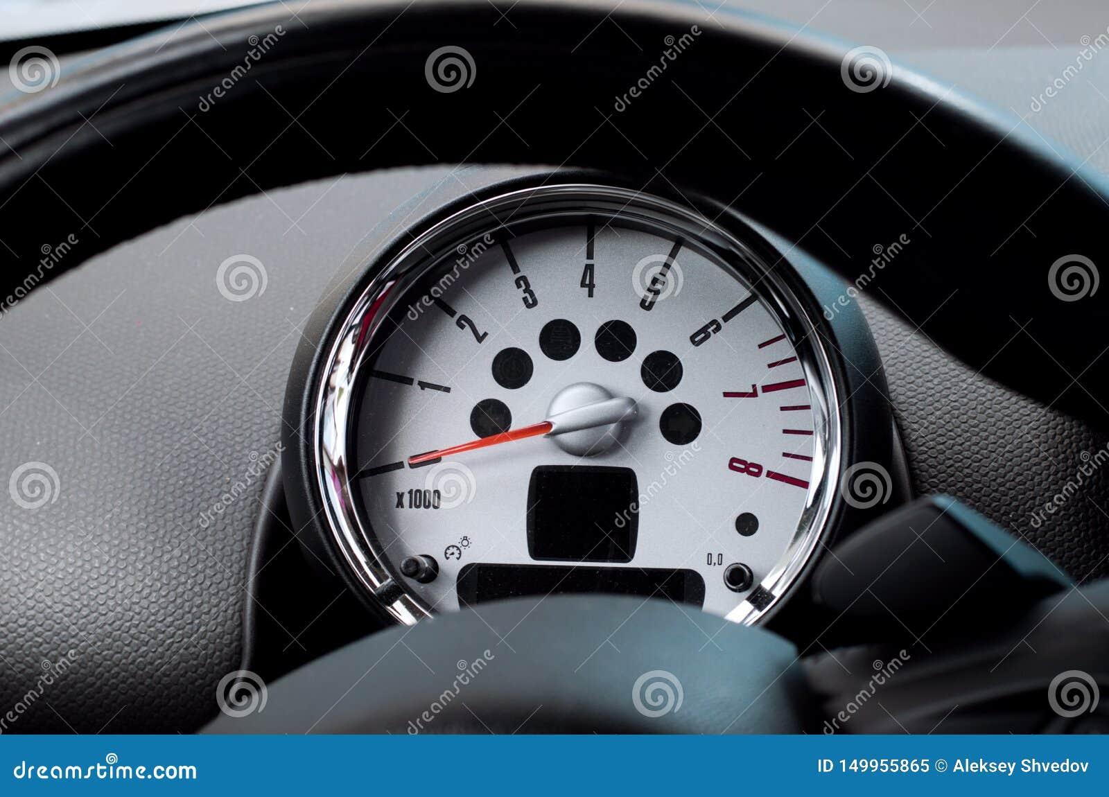 汽车方向盘和车头表